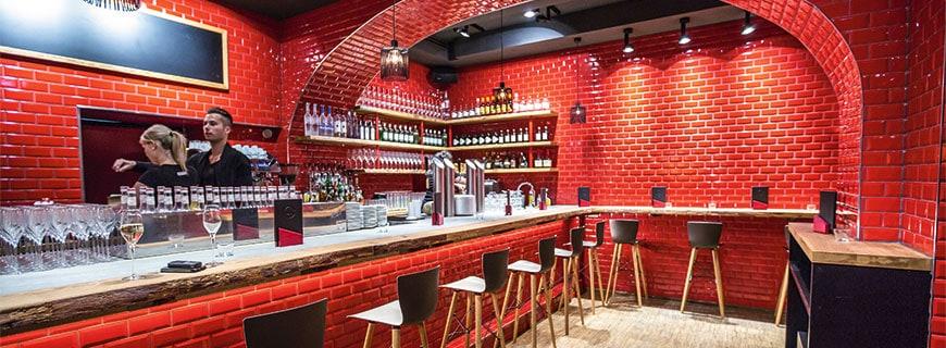 Knallrot: Das Interieur des Burgerladens passt zur Speisekarte – handmade und auffallend