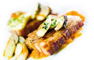 Knuspriges Brüstl vom Freilandschwein mit Kürbiskraut und Kartoffel-Topfen-Taschen