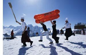 Spaß während der Wintersaison, Menschen albern auf dem Berg herum