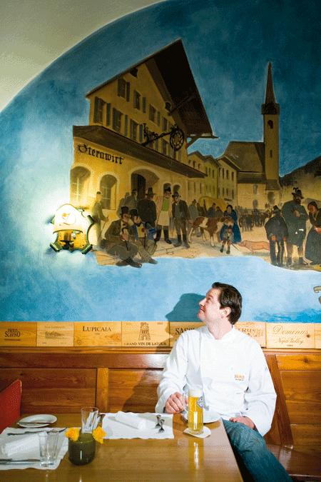 Andreas Döllerer im Wirtshaus das Gemälde an der Wand bestaunend