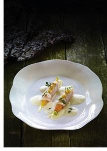 Bachforelle mit jungen Karotten, Blumenkohlcreme und Zitronenthymiansauce