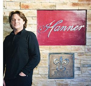 Heinz Hanner vor seinem Namenslogo