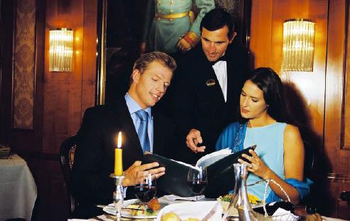Ein paar sitzt im restaurant, der mann lässt sich vom kellner die speisekarte näher erläutern