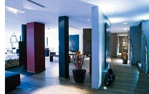 ein Raum mit Saeulen in verschiedenen Farben, innovatives Interior