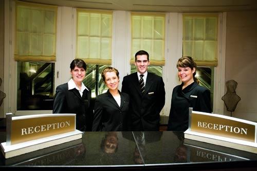 Mitarbeiter an der Rezeption des Hyatt Hotels