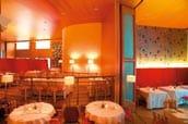 ein restaurant mit holzverkleideten waenden und runden tischen