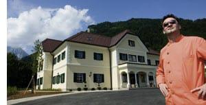 Didi Dorner vorm Landhaus Stainach