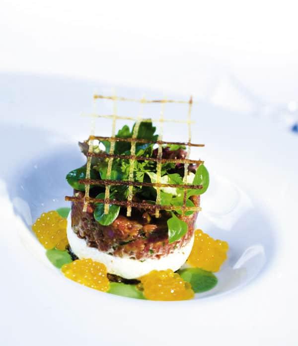 Tatartörtchen auf Kartoffelrösti mit Kerbelcoulis, kleinem Kräutersalat und Kärntner Saiblingskaviar