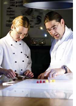 Christoph Zangerl mit seiner Kollegin in der Küche