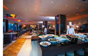 ein speiseraum mit einem reichhaltigen buffet