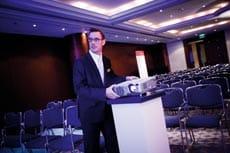 Andreas Wieckenberg positioniert den beamer im konferenzraum