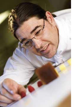 Christoph Zangerl arbeitet präzise an einem Dessert