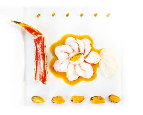 Königskrabbe mit Bouchotmuscheln, Erdnusscreme und Zimtblüten-Macis-Schaum (Götz Rothacker)