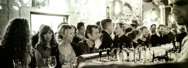 gut gefüllte Bar