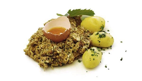 Hirn geröstet, mit Ei und Petersilienkartoffeln