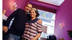 Wahabi Nouri mit einer Dame im Arm