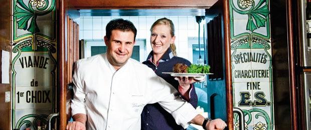 Klaus Erfort in seiner Küche mit einer Kollegin