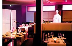 Erich Cochlar in einem stylisch modernen Restaurant