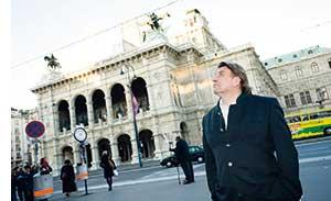 Reinhard Gerer vor der Wiener Staatsoper nach oben sehend
