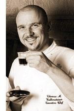 Thomas M. Walkensteiner mit einem Espresso in der Hand