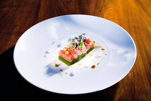 Röllchen von rotem Thunfisch mit Gurkengelee, Borretsch und Aloe Vera Gurkengelee:
