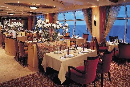 Der Restaurantbereich eines Passagierschiffes in der Dämmerung