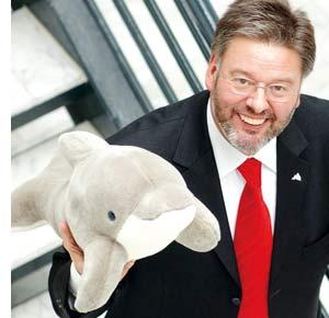 Vinzenz Baldus mit einem Stoff Delfin