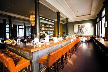 eine viereckige Bar mit braunen lederstühlen
