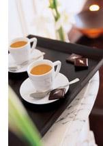 ein schwarzes Tablett, mit zwei Tassen Kaffee darauf