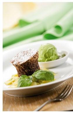 Rosinen-Schokoladenkuchen mit Ananas-Fenchelsalat, süßem Pesto und Sauerrahm-Basilikum Eis
