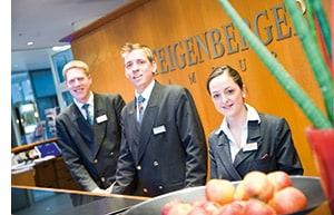 Mitarbeiter hinter der Rezeption des Steigenberger Hotels