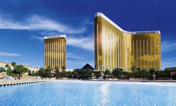 der Pool und die goldene Glasfront des Mandala Bay Hotels