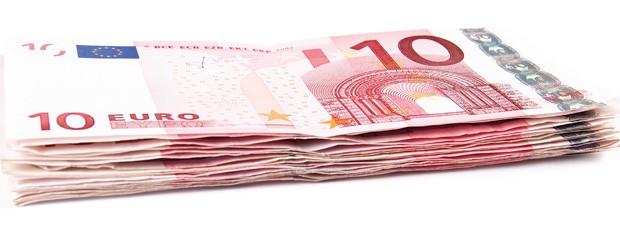 ein Stapel mit Zehn Euro Scheinen