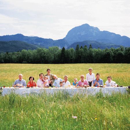 Familie Döllerer ahmt das letzte Abendmahl mit Bergen als Kulisse nach
