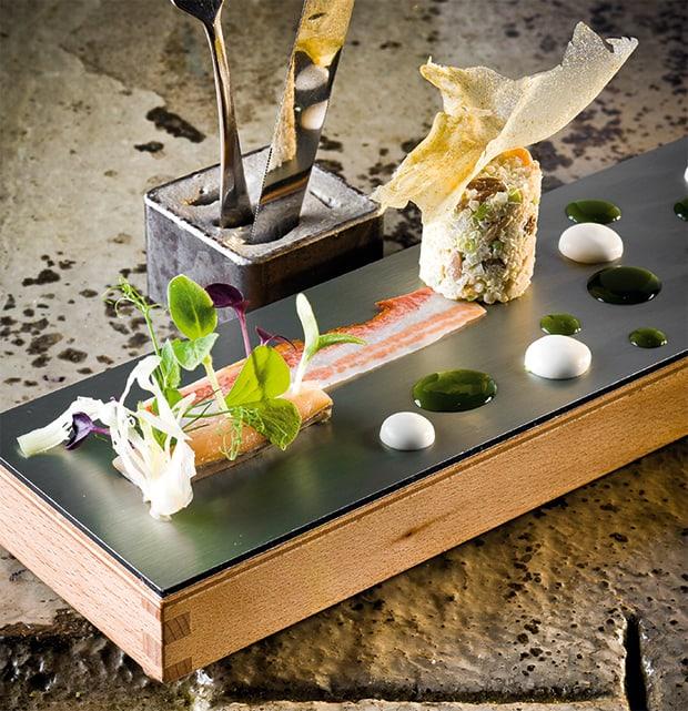 Makrele mit Quinoasalat, Mandeln, Fenchelsaft und Wurzelspeck