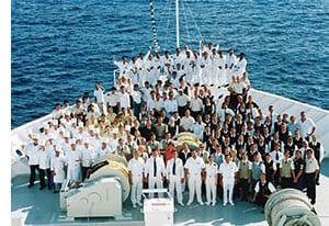 Die Crew des Kreuzfahrtschiffes versammelt am Bug des Schiffes