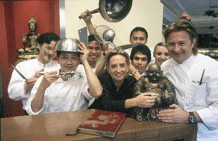Wini Brugger mit seinem Team und einem Glücksbuddha