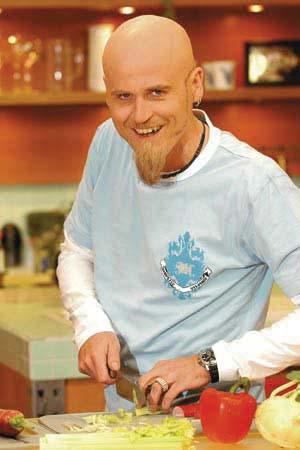 Ralf Zacherl schneidet gemüse