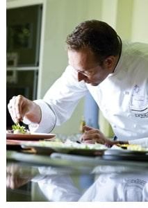 Nils Henkel in der Küche beim anrichten