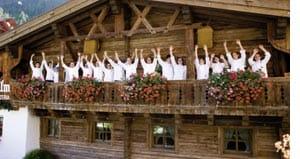 Die Mitarbeiter des Hotel Trofana Royal auf dem Balkon