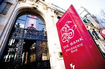die Eingangstüren einer damaligen Bank die heute als Brasserie und Bar dient