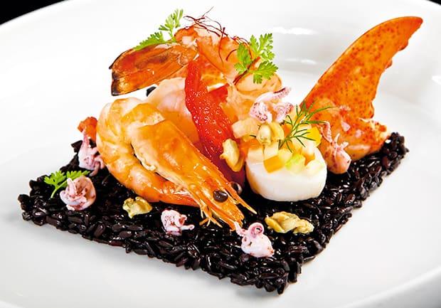 Lotao Royal Pearl Black mit Meeresfrüchten und Limetten-Muschelnage