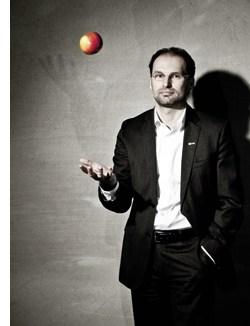 Thomas Panholzer jongliert mit einem Apfel