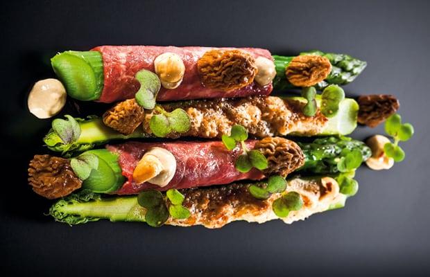 Rindercarpaccio, grüner Spargel, Morcheln und Haselnuss