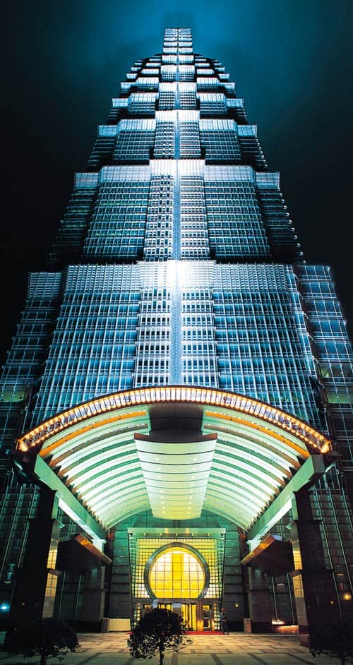 Hyatt Hotels & Resorts aus der Froschpersppektive, imposantes Bauwerk, Glasfront