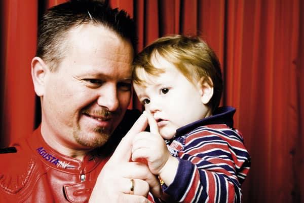 Alexander Tschebul mit seinem Kind auf dem Arm