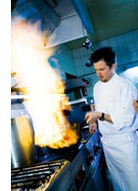 Gerhard Brugger in seiner Küche am Herd
