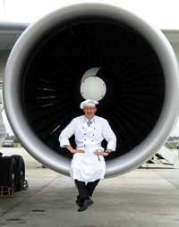 der Koch sitzt in Uniform in der Flugzeugturbine