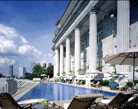 ein langer Hotelpool, klassisch in edlem weiß gehalten