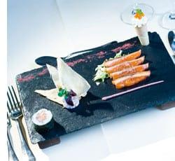 Gebratenes Sashimi vom Polarsaibling mit Hibiscus-Curry und Papadums
